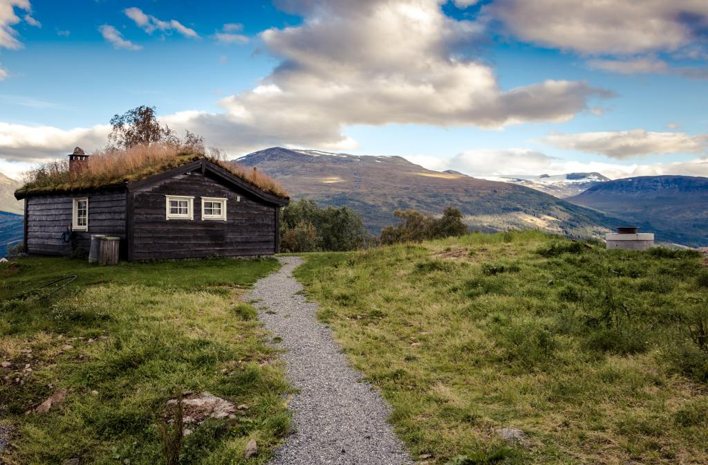 An image of a wooden hut on a hill in Norway.
